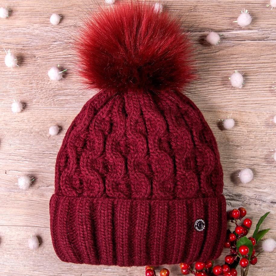 Шапка вязаная с помпоном, плетение большой восьмеркой, бордовая (58 см - 61 см)